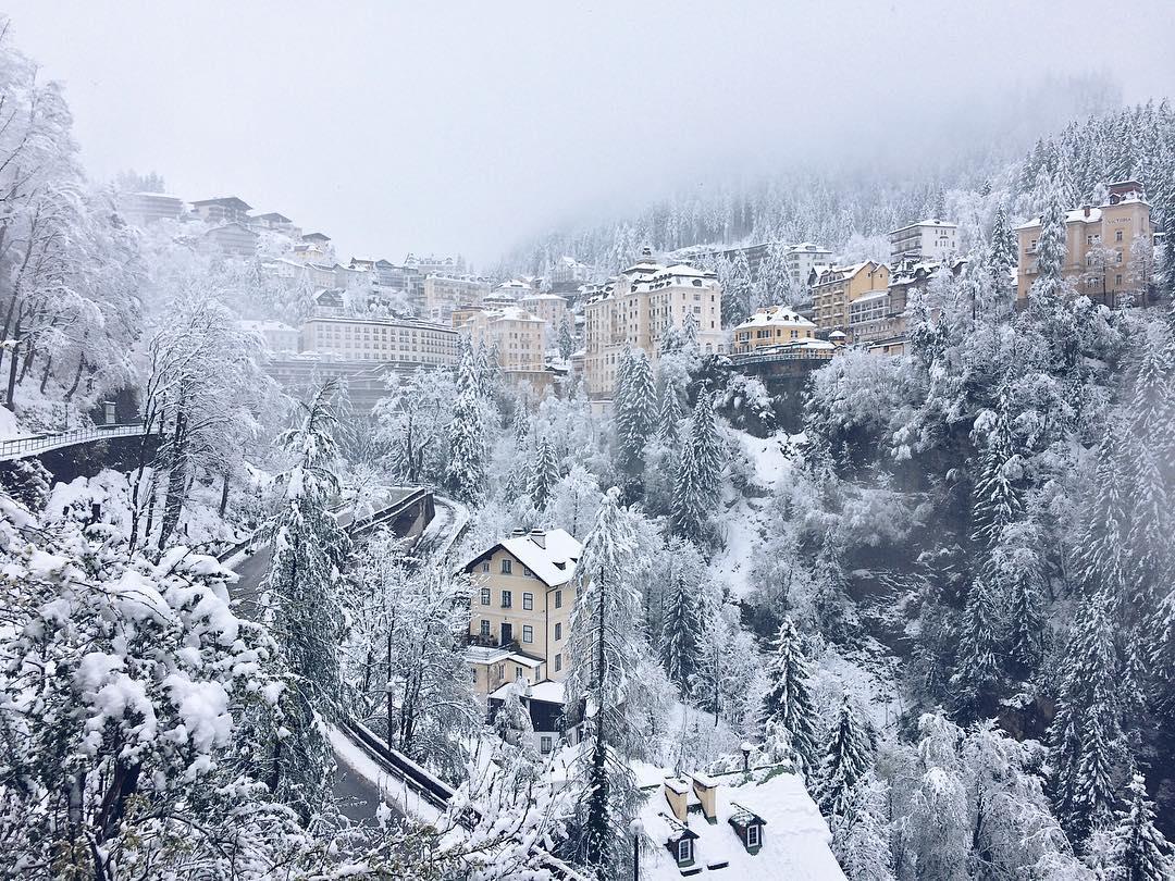 העיירה בד גסטיין מכוסה כולה בשלג. תמונה מתוך האינסטגרם: adinbrendel